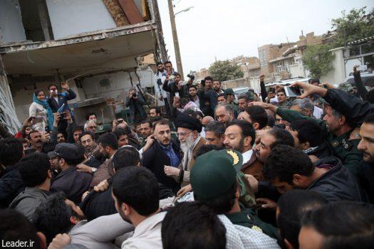 رهبر معظم انقلاب اسلامی در بازدید از مناطق زلزلهزده در سرپل ذهاب: مسئولان تلاشهای خود را مضاعف کنند به این حد قانع نیستم